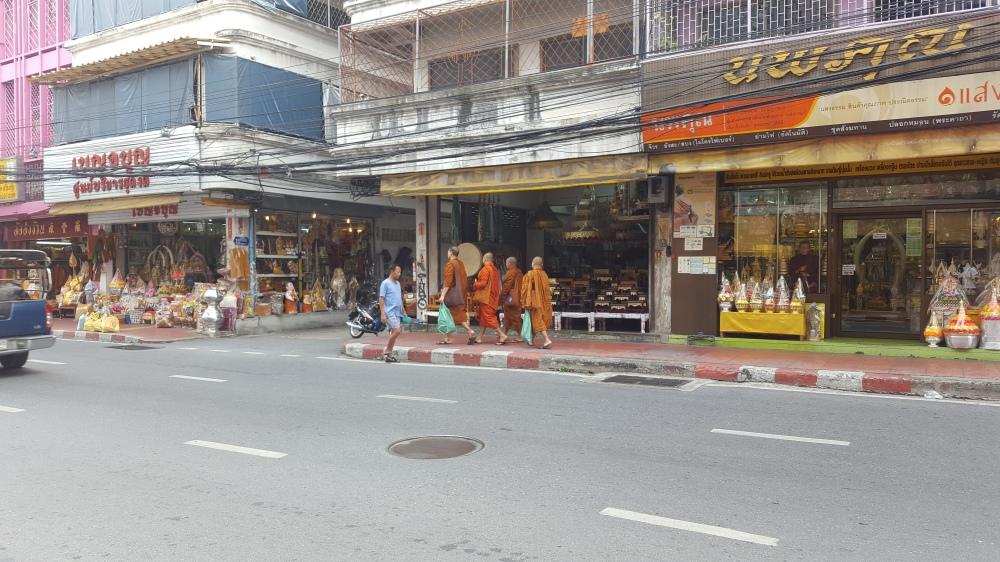 moines marchent rue bangkok.jpg